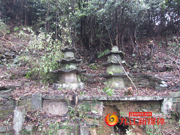 修水古市镇村民荒山造林发现一清代古墓群图片