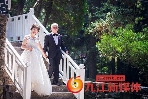 亚博体育app苹果王平:七旬爷爷奶奶庐山金婚照2.jpg
