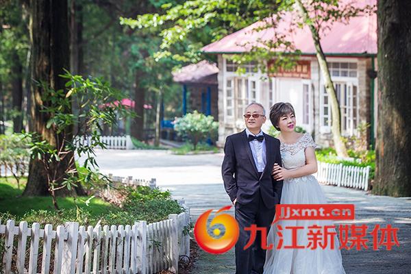 七旬夫妻拍摄金婚照 美美哒