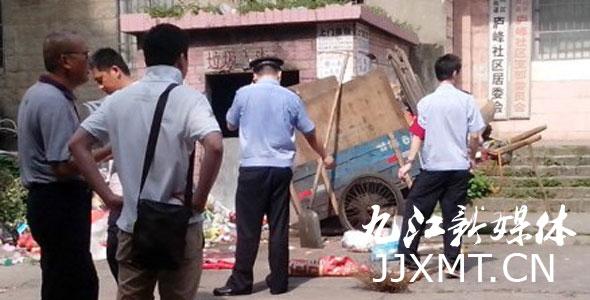王平:弃婴在垃圾站旁边,用毯子包裹着.jpg